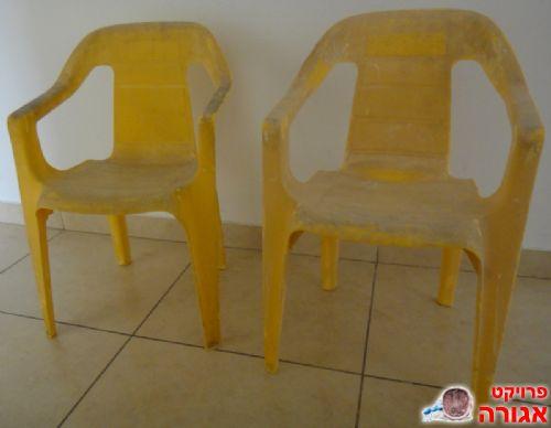 2 כסאות פלסטיק קטנים זהים