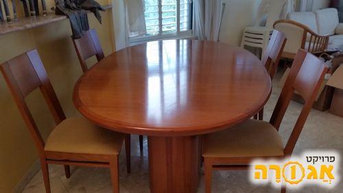 שולחן אוכל וארבע כסאות