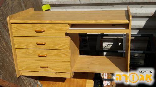 סט מעץ: שולחן מחשב + יחידות מדפים תואמות
