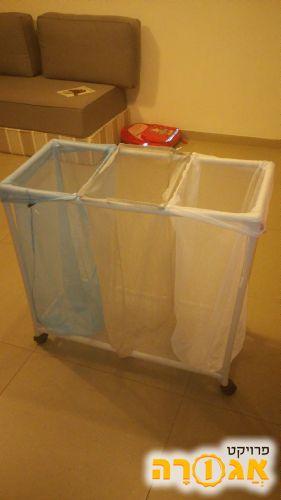 סל כביסה מחולק על גלגלים