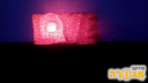 """מנורה בצורת """"LOVE"""""""