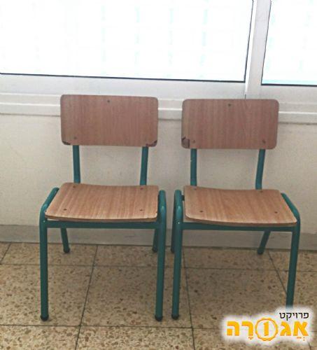 שני כסאות גן