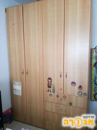 ארון 4 דלתות עם מגירות במצב מעולה