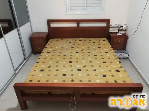 מיטה זוגית עם שידות צד