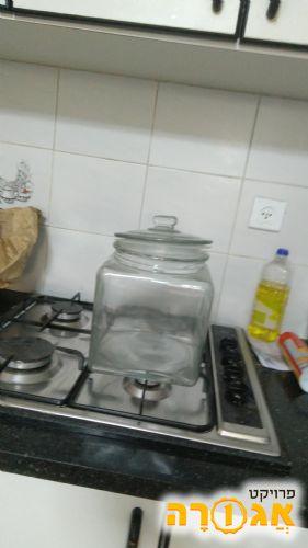 צנצנת זכוכית ענקית