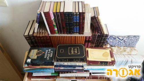 כמות גדולה של ספרי קודש