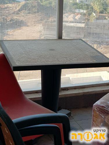 שולחן פלסטיק ושני כיסאות