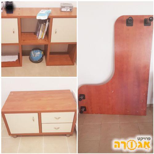 שולחן מחשב עם מגירות וכוורת