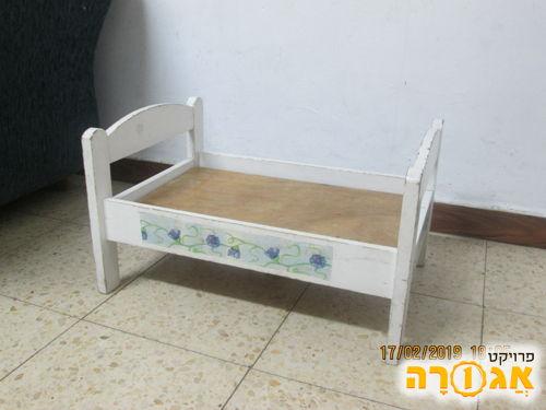 מיטת בובות מעץ