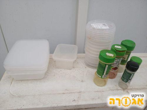 קופסאות פלסטיק ובקבוקי תבלין