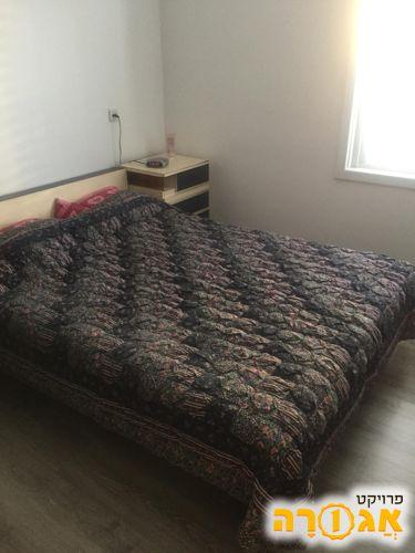 חדר שינה מיטה שידה מזרון במצב מצוין