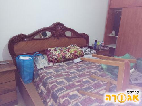 מיטה זוגית עם שתי שידות