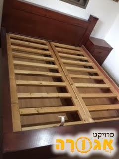 מיטה זוגית ושתי שידות ללא מזרונים