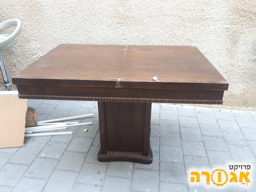 שולחן עץ נפתח עם עיטורים