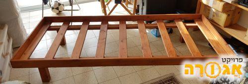 מיטת יחיד מעץ מלא