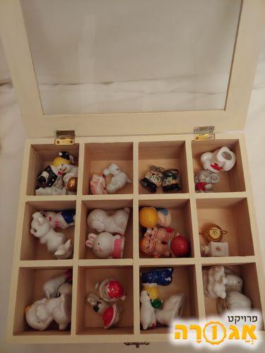 קופסה עם בובות קטנות מחרסינה