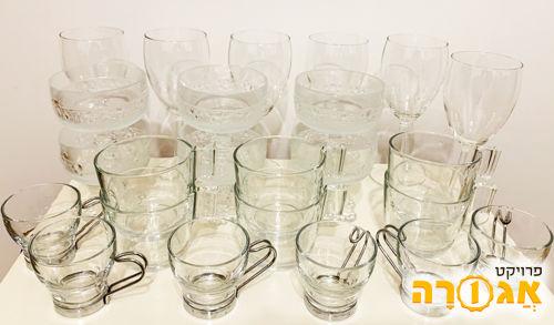 ארבעה סטים של שש כוסות זכוכית