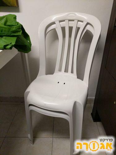 2 כיסאות מפלסטיק