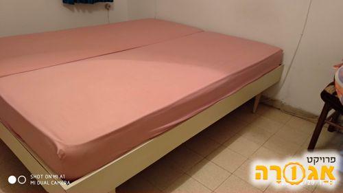 מיטה זוגית - 2 מיטות יחיד מחוברות)
