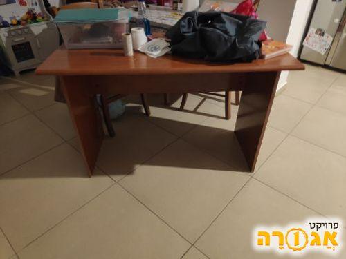 שולחן עץ בצבע עץ דובדבן