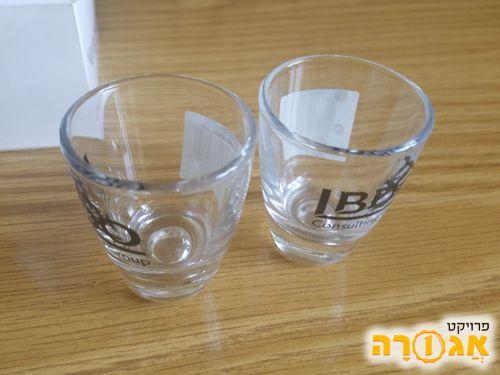 שתי כוסות שוטים