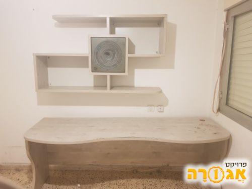 שולחן וכוורת עשוי מעץ