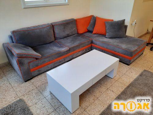 ספה ושולחן סלון