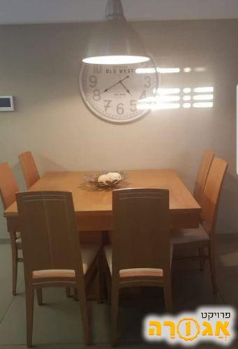 שולחן פינת אוכל ללא כיסאות