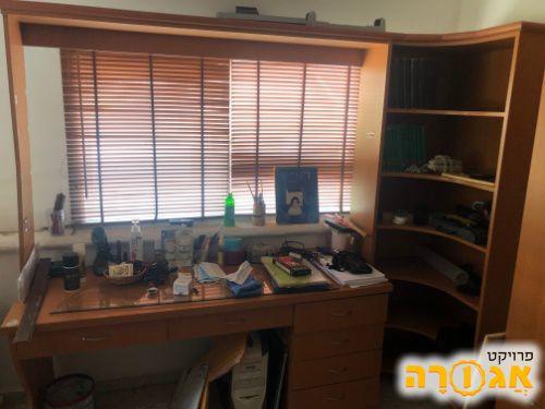 סט ארון ושולחן כתיבה עם יחידת מדפים