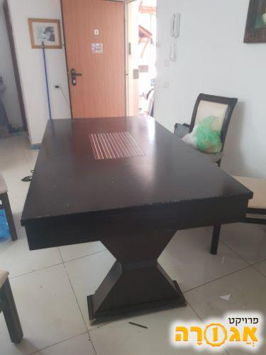 שולחן לפינת אוכל ללא כיסאות