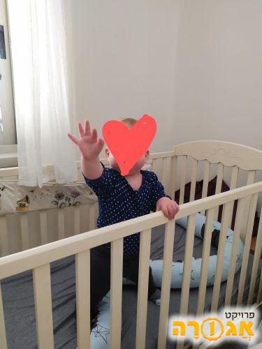 מיטת תינוק כולל מזרן במצב מצויין