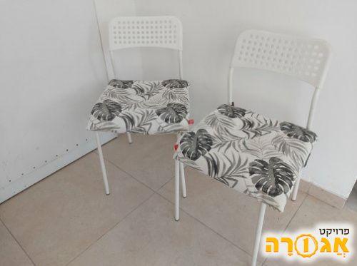 זוג כסאות פלסטיק ומתכת