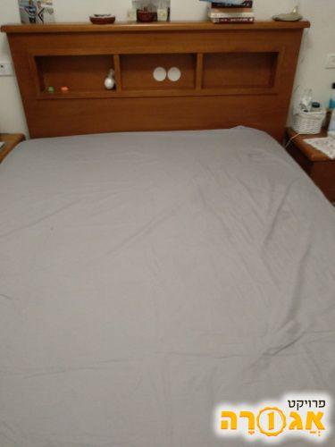 מיטה זוגית כולל מזרון ועמדה לספרים