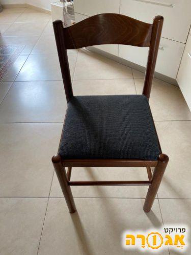 שני כיסאות אוכל