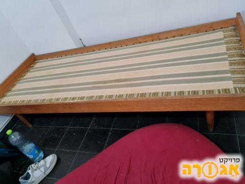 מיטת יחיד של פעם (ללא מזרן)