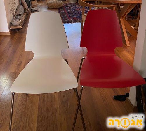 שני כסאות, אדום ולבן