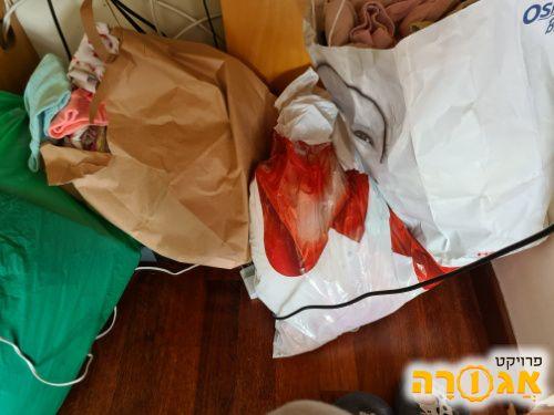 כמה שקיות בגדי תינוקות ופעוטות