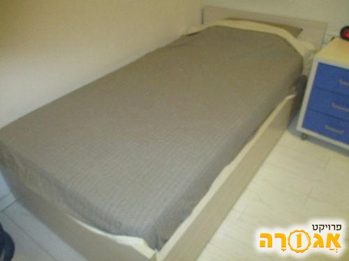 מיטת יחיד עם מזרון וארגז מצעים