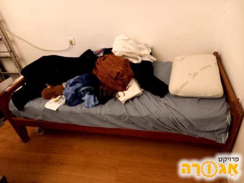 מיטת יחיד עם מזרן