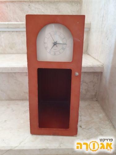 מעמד דיסקים מעץ עם שעון
