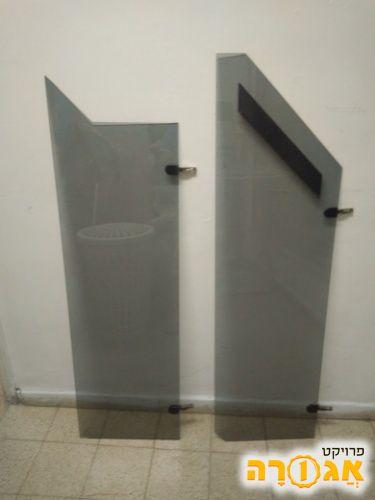 דלתות זכוכית שחורה לא סימטריות
