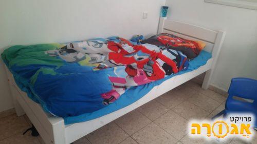 מיטת נוער בצבע לבן מעץ