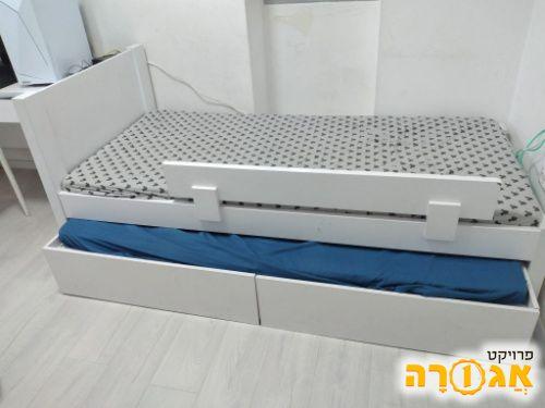 שתי מיטות נוער + שני מזרנים ומיטה נפתחת
