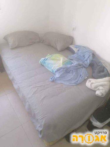 מיטת נוער וחצי